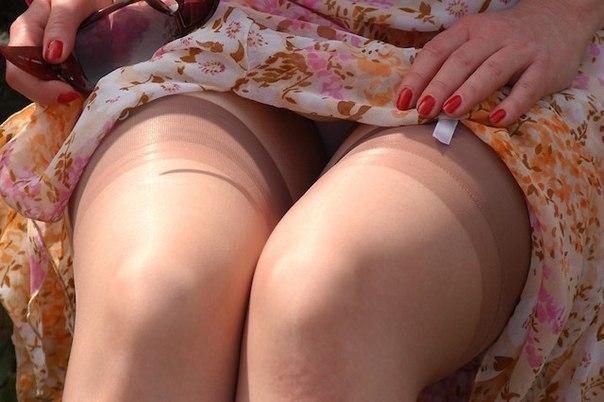 Между ног фото под юбкой